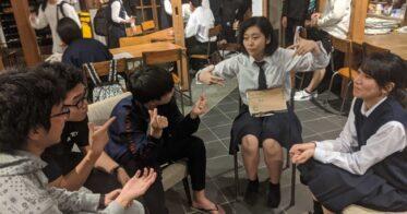島唯一の公立塾「隠岐國学習センター」に集まり話し合う 隠岐島前高の生徒たち