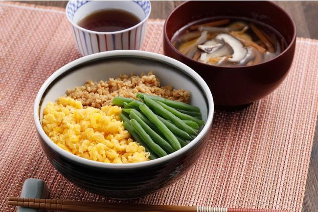 三色丼/細切り野菜のすまし汁